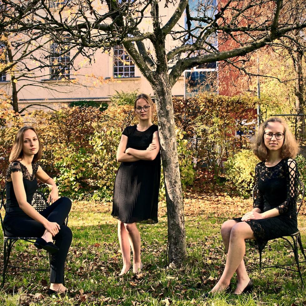 Die drei Zithermusikerinnen Claudia Höpfl, Sarah Luisa und Tabea Marie Wurmer bilden das Trio de cuerda